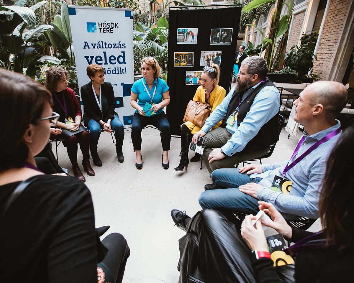 Good Impact rendezvény civilek és cégek körben ülnek